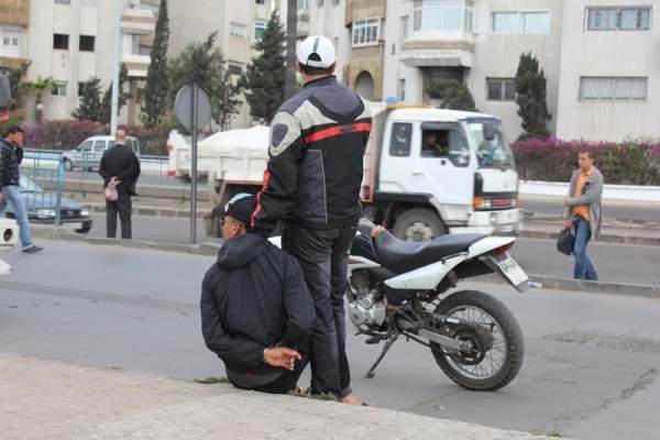 Photo of ضُبط وهو يشهر شفرة الحلاقة في وجه فتاة: رجل أمن يعتقل لصا في حالة تلبس