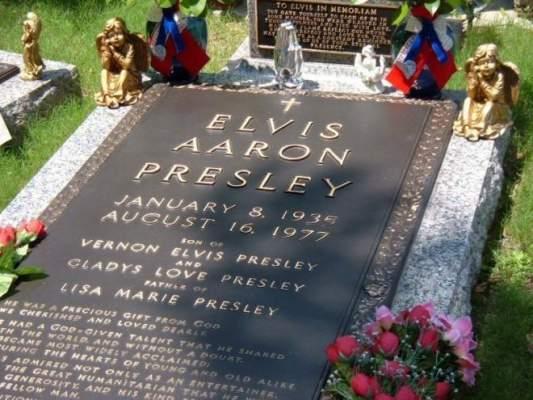 Photo of قبر المغني الشهير إلفيس بريسلي يطرح للبيع في المزاد العلني