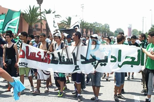 Photo of في وقفة احتجاجية: جماهير الرجاء يطالبون برحيل رئيس الفريق والمكتب المسير لإنقاذ فريقهم