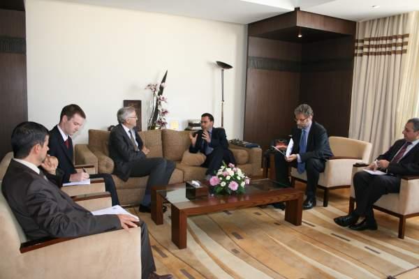 Photo of وزير الاتصال يجري مباحثات مع  سفير بريطانيا بالرباط