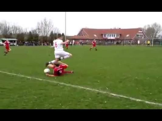 Photo of بالفيديو: لاعب يترك المباراة.. للحديث في الهاتف.. ثم يعود لرد هجمة عن مرماه