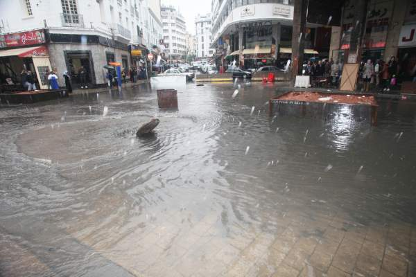 Photo of الأمطار الغزيرة تغرق مدينة الدار البيضاء وتزيدها اختناقا على اختناق