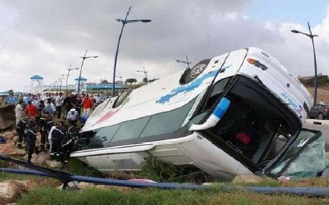 "Photo of 34 جريح في حادث انقلاب حافلة للركاب بالطريق السيار بالقرب من منطقة ""الرحامنة"""