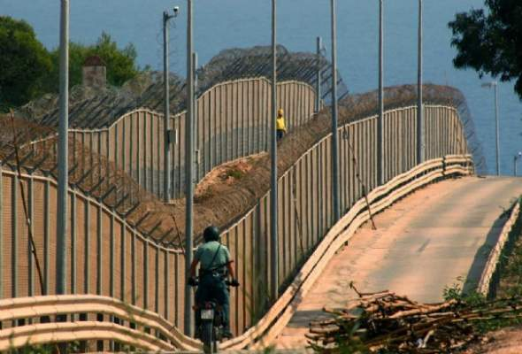 Photo of هجوم جماعي فريد من نوعه للمهاجرين الأفارقة على السياج الحديدي بمليلية