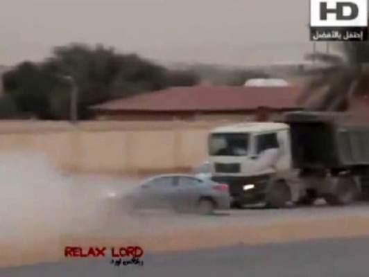 """Photo of بالفيديو: حادث """"استعراض"""" مروع ينهي حياة سعودي أمام شاحنة"""