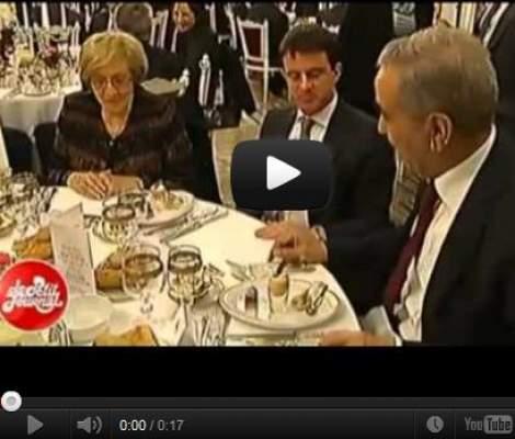 Photo of بالفيديو: وزير فرنسي يعلم وزير الداخلية الجزائري طريقة استخدام الشوكة والسكين في الأكل