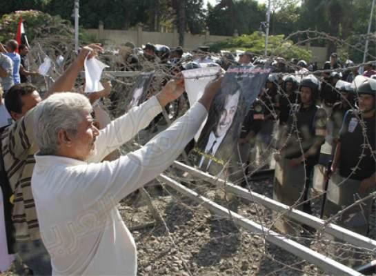 Photo of بالفيديو..آخر تطورات الأوضاع في مصر: الآلاف يحتشدون أمام قصر الاتحادية.. ومشاداة بين الأمن والمتظاهرين