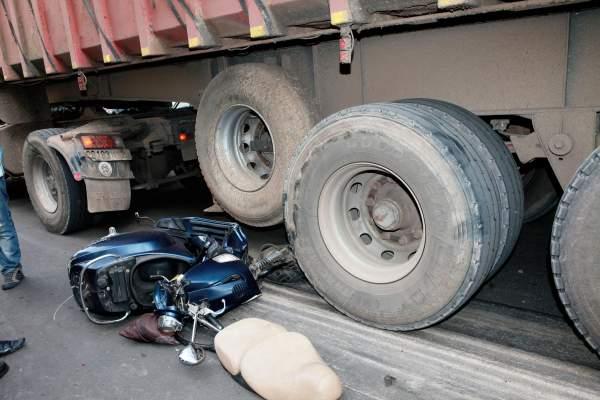 Photo of بالصور: شاحنة تدهس راكب دراجة نارية بشارع محمد الديوري بالدار البيضاء