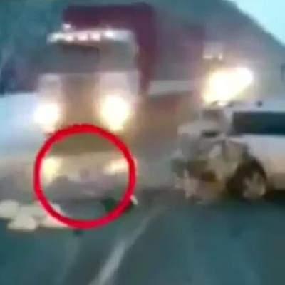 Photo of بالفيديو: نجاة عجيبة لطفلة من بين عجلات الشاحنة