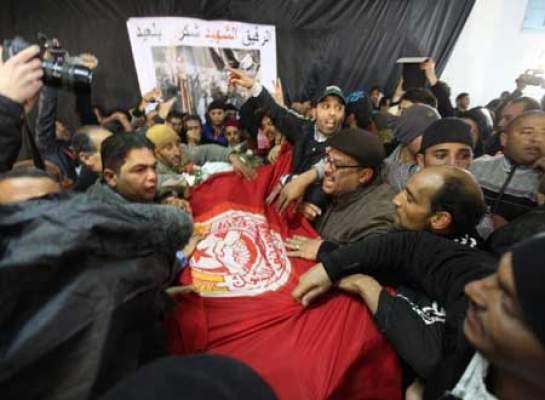 Photo of فيديو: تشييع جثمان شكري بلعيد وسط إطلاق الغاز المسيل للدموع بشكل غريب من طرف قوات الأمن