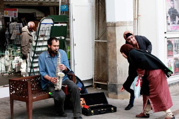 """Photo of """"متسول كلاص"""": عازف الساكسوفون الروسي الجنسية بشوارع البيضاء"""