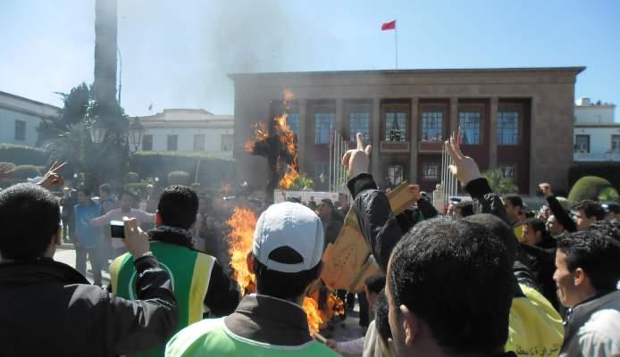 """Photo of """"الأطر العليا العاطلة"""".. يحرقون دمى الوزراء المعنيون بالتشغيل أمام البرلمان"""