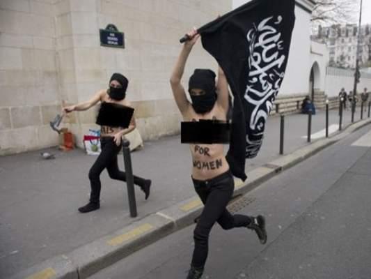 """Photo of في تطور خطير بـ""""الصور"""": ناشطات فيمن يحرقن علما كتبت عليه الشهادة"""