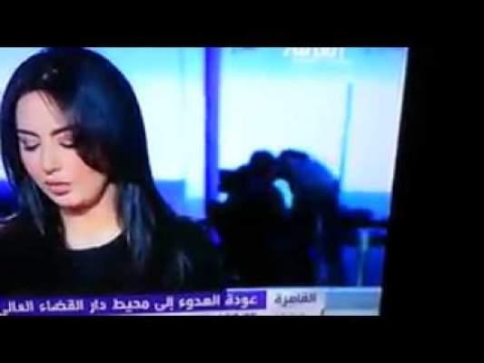 Photo of فيديو: تقديم أخبار العربية بنكهة أخرى…قُبلات ساخنة خلف المذيعة