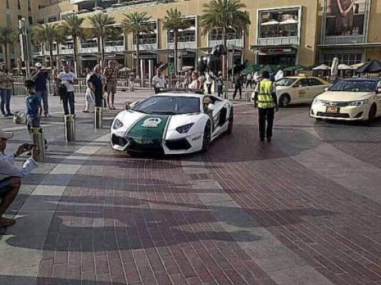 "Photo of كيف سيكون رد الفعل لو حدث هذا بالمغرب: شرطة دبي تدخل سيارة ""لامبورغيني أفنتادور"" إلى أسطول دورياتها"