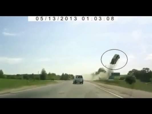 Photo of بالفيديو: سيارة تطير في الهواء بعدما فقد السائق السيطرة عليها