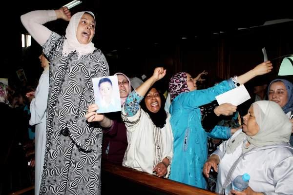 """Photo of بالصور: تأجيل محاكمة معتقلي """"الكلاسيكو الأسود"""" وسط احتجاجات ذويهم"""