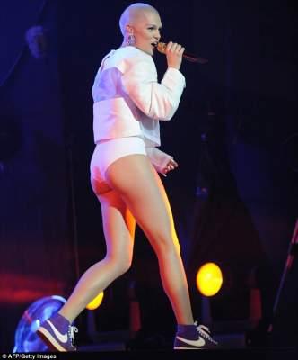 Photo of دايلي مايل: دجيسي دجي نسيت ارتداء سروالها  قبل الصعود إلى الخشبة بمهرجان موازين  (ألبوم صور)