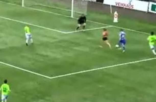 "Photo of فيديو.. مشجع ""عارٍ"" يتسبب بإلغاء هدف بطريقة غريبة!"