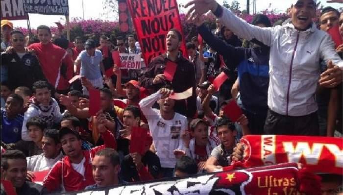 """Photo of وقفة جديدة لفصيل """"الوينرز"""" للمطالبة برحيل رئيس الفريق أكرم"""