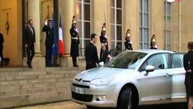 Photo of لحظة وصول الملك محمد السادس إلى قصر الإليزيه واستقباله من طرف الرئيس الفرنسي