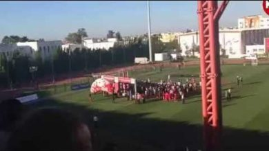 Photo of مشهد غريب: الفتح الرباطي يتسلم درع اللقب مديرا ظهره للجمهور!!