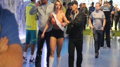 Photo of فيديو ملكة جمال برازيلية شبه عارية تضرب الامن.. وتقتحم مباراة