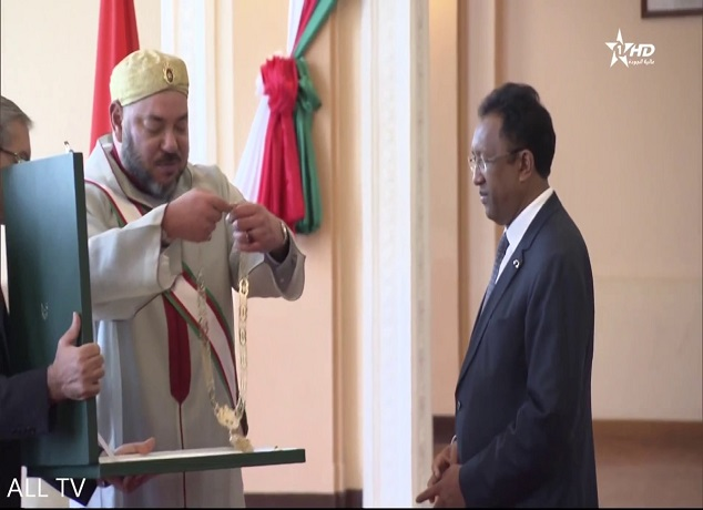 الملك يوشح الرئيس المالغاشي بالوسام المحمدي ويترأسان التوقيع على عدة إتفاقيات