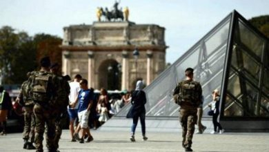 Photo of جندي فرنسي يطلق النار على رجل هاجم زميلا له قرب متحف اللوفر