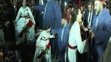 Photo of فتاة مغربية تستقبل الملك بقفطان يحمل خارطة المغرب بأبيدجان