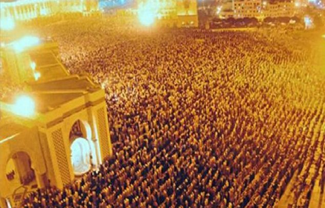 المغاربة والمساجد في رمضان.. حشود فاضت في الشوارع والأرصفة للصلاة
