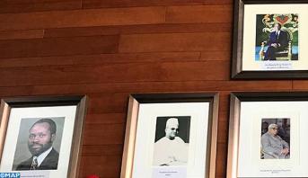 Photo of وضع صورة عملاقة للمغفور له الحسن الثاني على احد الجدران داخل مقر الاتحاد الافريقي