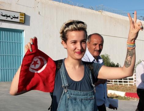 الناشطة التونسية أمينة فيمن تضع مولودتها وتختار لها اسما غريبا