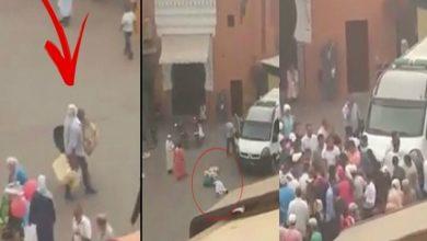 Photo of فيديو.. عون سلطة ينكل بامرأة مسنة ويرميها أرضاً في مراكش