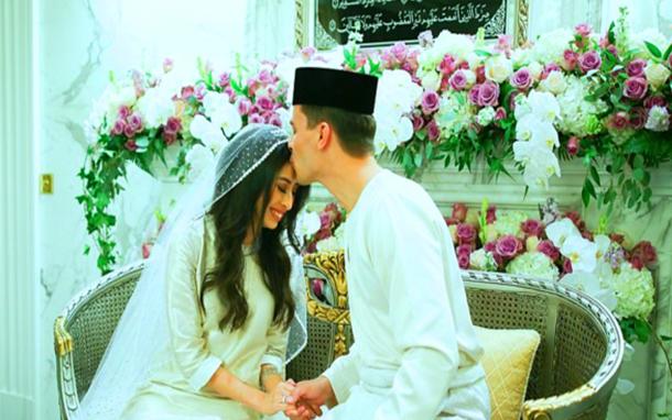 لاعب كرة سابق يعتنق الإسلام ويتزوج أميرة في حفل أسطوري