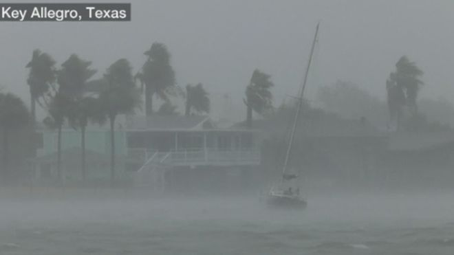 """فيديو: العاصفة المدارية """"هارفي"""" تخلف سيولا مدمرة في هيوستون الأمريكية"""