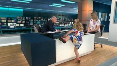 Photo of بالفيديو: طفلة تثير الفوضى في استوديو أثناء بث تلفزيوني حي