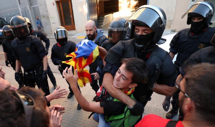 فيديو: مدريد ترسل المزيد من التعزيزات الأمنية إلى كاتالونيا