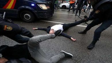 Photo of فيديو: الشرطة تطلق الرصاص المطاطي وتصيب 38 شخصا خلال تفريق لمتظاهرين في كاتالونيا