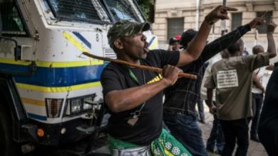 Photo of اشتباكات عنيفة أمام مقر حزب المؤتمر الوطنى الإفريقى في جوهانسبرغ عشية قرار بشأن مستقبل زوما