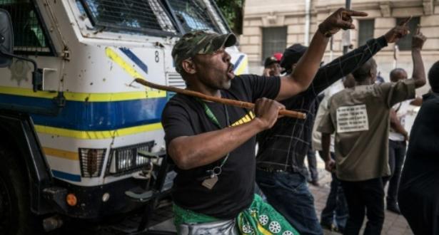 اشتباكات عنيفة أمام مقر حزب المؤتمر الوطنى الإفريقى في جوهانسبرغ عشية قرار بشأن مستقبل زوما