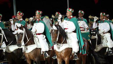 Photo of عيد العرش : طواف المشاعل التقليدي للحرس الملكي ينير كورنيش المضيق تحت أنظار آلاف من المتتبعين