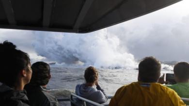 Photo of فيديو يظهر لحظة تعرض سفينة سياحية لحمم بركانية في هاواي