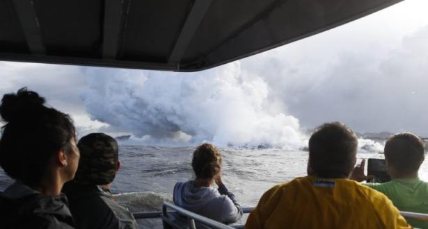 فيديو يظهر لحظة تعرض سفينة سياحية لحمم بركانية في هاواي