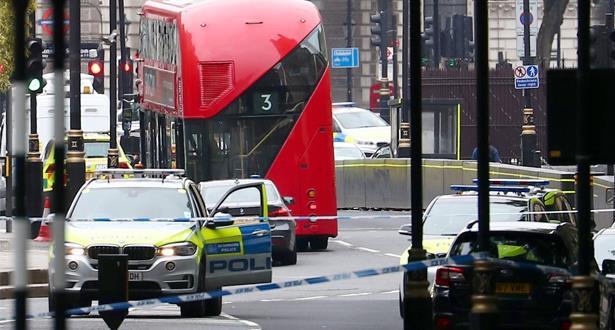 بريطانيا: سيارة تصدم الحواجز الأمنية للبرلمان وتخلف إصابات في المارة