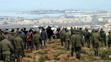 Photo of إصابة 12 جنديا بجروح خلال محاولة منع 300 مهاجرا أفريقيا من اجتياز الحاجز الفاصل بين الناظور ومليلية