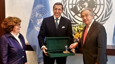 Photo of السفير هلال يسلم مطرقة مؤتمر مراكش حول الهجرة إلى الأمين العام للأمم المتحدة