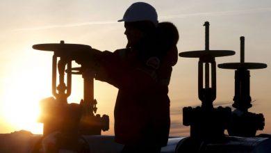 Photo of النفط يتراجع بفعل تخمة المعروض والمخاوف الاقتصادية