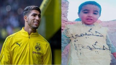 "Photo of صورة لطفل من قرية نائية يرتدي ""كيس دقيق"" كتب عليه اسم ""حكيمي"""