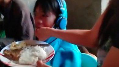 Photo of فيديو.. رفض التوقف عن ممارسة ألعاب الفيديو على مدى يومين فأطعمته أمه بيدها